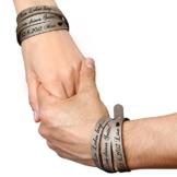 schenkYOU® Partner-Set Wickelarmbänder in Schlammgrau mit Gravur gestalten - Echt Lederarmbänder mit Ihrem Wunschtext graviert - Partnerschmuck als individuelles Geschenk -