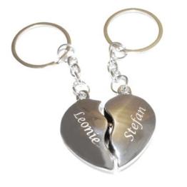 Schlüsselanhänger Broken Hearts mit Gravur - zwei geteilte Herzen -